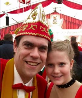 Ein Bild, das Person, rot, Mann, tragen enthält.  Automatisch generierte Beschreibung